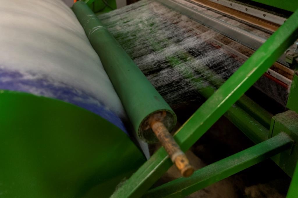 Swisswool_Wollreich_ Wollverarbeitung_Kardiermaschine_Wollvlies