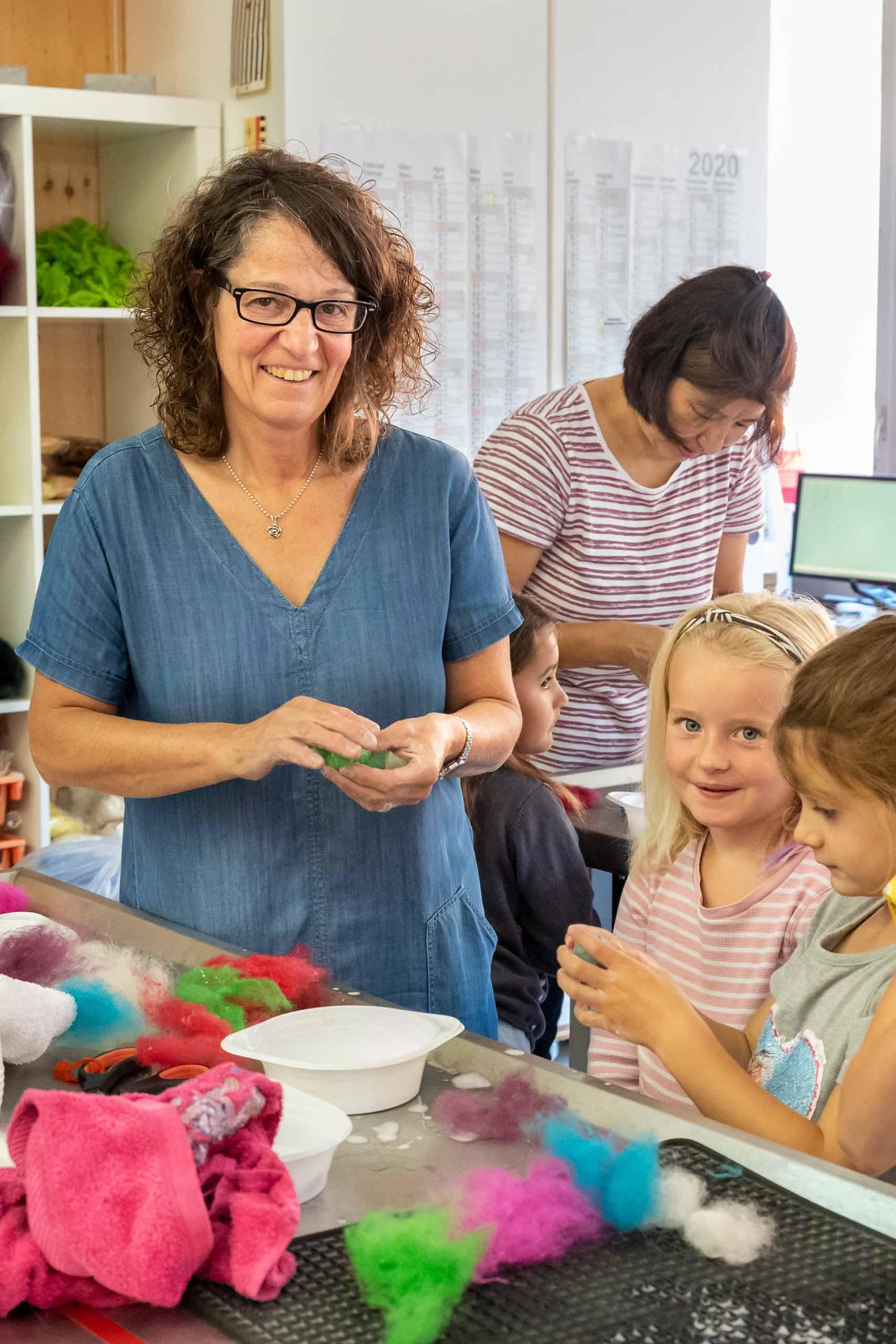 Swisswool-Ruth-Brog-am-Filzen-mit-Kindern