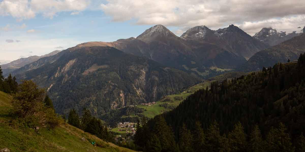 Aussicht-Alp-Segnas-Disentis-Berge-bewoelkt-Swisswool