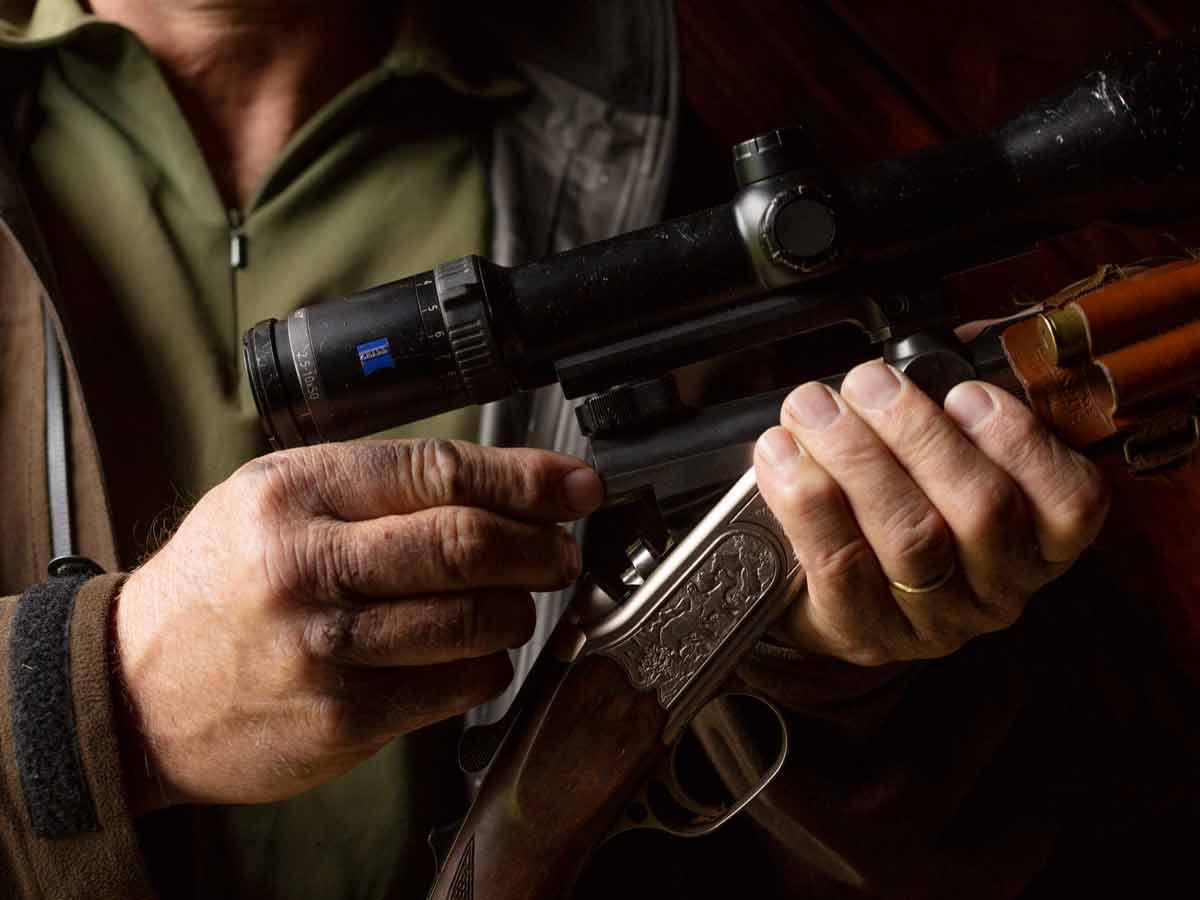 Hände-Detailaufnahme-Jagdgewehr-Swisswool
